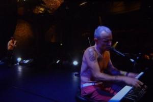 Basgitarista Flea hrá na klavíri