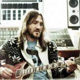 Bývalý gitarista Red Hot Chili Peppers John Frusciante zverejnil novú skladbu s názvom Wayne