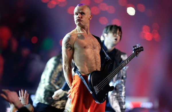 Basgitarista Red Hot Chili Peppers Flea na Pepsi Super Bowl XLVIII