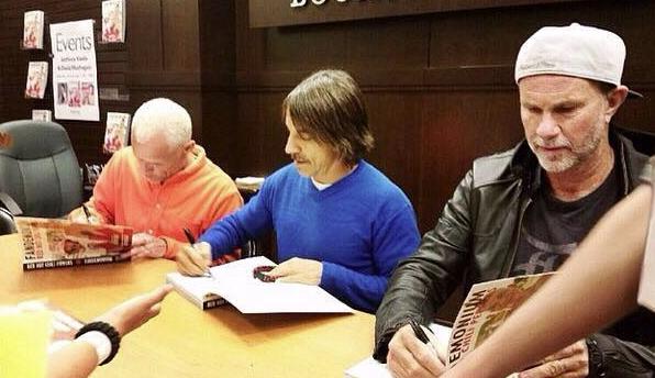 Členovia Chili Peppers podpisujú knihu Fandemonium fanúšikom