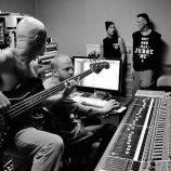 Fotky Fleaho a členov iných kapiel z nahrávacieho štúdia