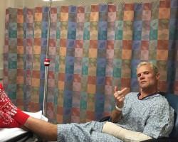 Flea zverejnil ďalšiu fotku so zlomenou rukou