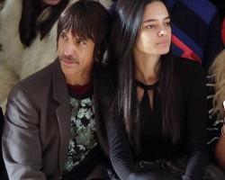 Anthony Kiedis na Fashion Show s novou partnerkou