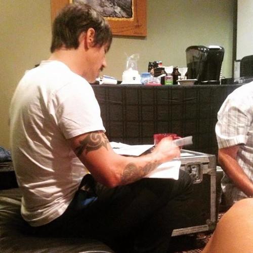 Spevák Anthony Kiedis spisuje setlist skladieb