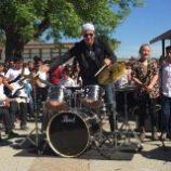 Bubeník Chad Smith navštívil školu v Greenfielde